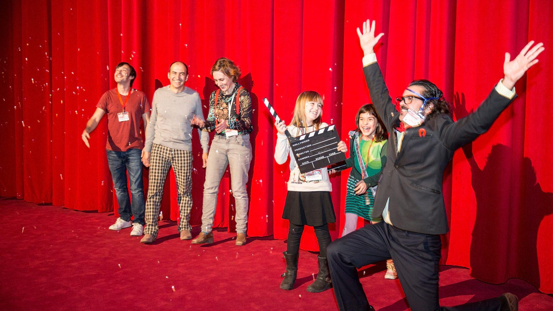 Niños y adultos en el escenario